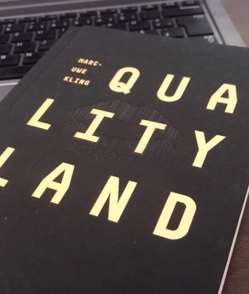 Das Juli-Buch des Umgeblättert-Buchclubs ist Qualityland von Marc-Uwe Kling.